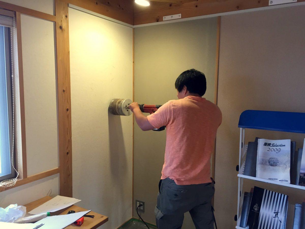 壁の穴あけ作業